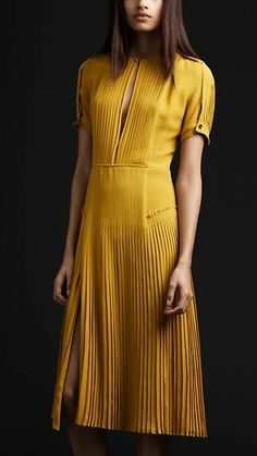 jolie robe jaune plissée, comment choisir la robe de soirée pour mariage