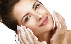 Como lavar e limpar o seu rosto da maneira correta - Algumas dicas simples otimizam o resultado da sua rotina diária de cuidados com a pele. Veja quais!  - http://lovys.com.br/lovysmag/beleza/tratamentos/como-lavar-e-limpar-o-seu-rosto-da-maneira-correta