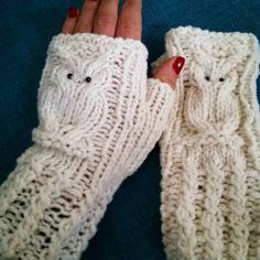 Handgestrickte Armstulpen mit Eulen