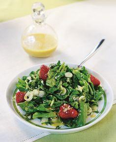 Μια γρήγορη και γευστική σαλάτα με τα αρώματα του dressing να της δίνουν άλλο 'αέρα'. #σαλάτα #σπανάκι #φράουλες
