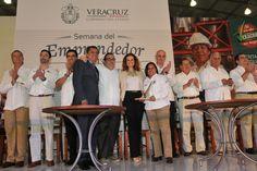 """Al entregar el Premio Veracruzano de la Calidad 2013, el gobernador Javier Duarte de Ochoa dijo que éste es """"un galardón que reconoce y promueve el esfuerzo, la visión y el potencial de los emprendedores de Veracruz""""."""
