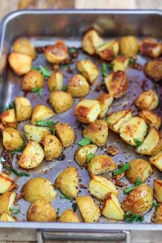These Delicious garlic roasted potatoes were perfectly crisp on the outside and fluffy in the center. Imagine pairing these with this grilled chicken or pan fry salmon? Garlic Roasted Potatoes, Roasted Potato Recipes, Paleo Recipes, Cooking Recipes, Free Recipes, Maya, Pan Fried Salmon, Dinner Sides, Main Dishes