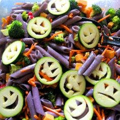 Fun Food Kids Halloween Pasta Salad pumpkin salat nudeln zucchini food ideas for kids healthy Halloween Pasta Salad Halloween Themed Food, Hallowen Food, Halloween Dinner, Halloween Goodies, Halloween Desserts, Halloween Cupcakes, Halloween Kids, Happy Halloween, Halloween Humor