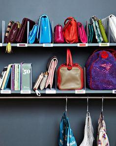> Serre-livres avec porte-étiquettes Inreda, Ikea, 4,90 € les 2 > Barre de penderie, BHV, 11,90 € > Cintres, Muji, 5,50 € les 3