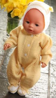 Olivia is for sure one of the most cute baby doll knitting patterns Knitting Dolls Clothes, Crochet Baby Clothes, Knitted Dolls, Doll Clothes Patterns, Baby Knitting Patterns, Knitting For Kids, Baby Patterns, Baby Born Clothes, Cute Baby Dolls