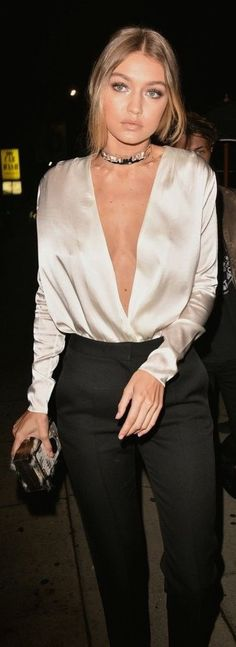 Gigi Hadid looked so gorgeous in a low-cut satin top, black pants, and a choker. Cool Gigi Hadid looked so gorgeous in a low-cut satin top, black pants, and a choker. Trend Fashion, Look Fashion, Womens Fashion, Chanel Fashion, White Fashion, Fashion Styles, Fashion News, Fashion Beauty, Looks Chic