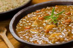 Mit diesem Gemüse-Linsensuppen-Rezept bekommen Sie ein gesundes herzhaftes und leichtes Mittagessen.