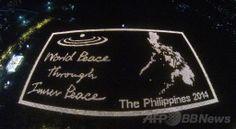 フィリピン中部パナイ(Panay)島イロイロ(Iloilo)で、5万6680本のろうそくを使って地上に描き出された巨大なフィリピン地図(2014年4月14日撮影)。(c)AFP/Middle Way Meditation Institute ▼15Apr2014AFP ろうそくで描く巨大な地図でギネス記録に挑戦、フィリピン http://www.afpbb.com/articles/-/3012687 #Panay #Iloilo