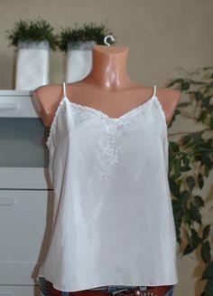 Kaufe meinen Artikel bei #Kleiderkreisel http://www.kleiderkreisel.de/damenmode/oberteile-and-t-shirts-sonstiges/73870234-top-mit-perlen-und-stickerei