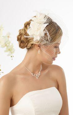 Modern hair 9483 arragement with flowers and mini veil from Bianco Evento #biancoevento #hairstyles #weddingaccessories #hairjewellery #weddingideas #bridetobe