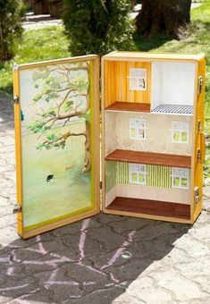 Sunshine yellow – Travelling Dollhouse Sun yellow is an example of a dollhouse. Suitable for dolls 12 cm high. Miniature Houses, Miniature Dolls, Doll Furniture, Dollhouse Furniture, Diy Dollhouse, Dollhouse Miniatures, Cardboard Suitcase, Hand Painted Wallpaper, Diy Casa