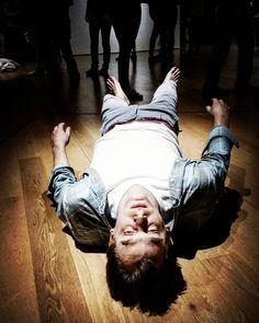 """#Latergram / Se jouer de la gravité avec """"Josh"""" de #TonyMatelli  #expo #sculpture #hyperréalisme #museobilbao #Bilbao #artcontemporain #BilbaoMuseum #museobellasartesbilbao"""