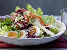 So ein Salat ist das perfekte Abendessen. Chef's Salad – smarter - mit Käse, Schinken und Ei - smarter - Kalorien: 420 Kcal - Zeit: 40 Min. | eatsmarter.de