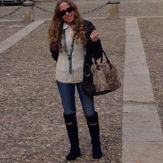 Tonos dorados, azul marino y marrón para disfrutar del viernes. Hora del café ¿alguien se apunta? ☕️☕️ #ideassoneventos #imagenpersonal #imagen #moda #ropa #looks #vestir #wearingtoday #hoyllevo #fashion #outfit #ootd #style #tendencias #fashionblogger #personalshopper #blogger #me #lookoftheday #streetstyle #outfitofday #blogsdemoda #instafashion #instastyle #azulmarino #marrón #dorado #todaysoutfit #fashiondiaries #currentlywearing
