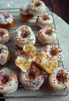 Mini donas horneadas de vainilla con grageas (funfetti)   http://www.pizcadesabor.com