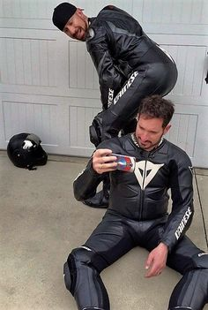 Hot ass and great leather look Motorcycle Suit, Motorcycle Leather, Biker Leather, Leather Men, Motard Sexy, Motorbike Leathers, Abs Boys, Biker Boys, Gay