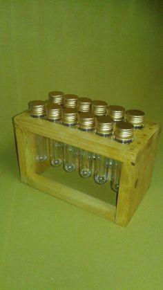 Porta-Temperos feito a partir de madeira reaproveitada de pallets, com 12 tubos de tampas douradas, em duas fileiras paralelas com seis tubos em cada fileira. Madeira maciça, certificada (pinus), de excelente qualidade e procedência. <br>Peça feita artesanalmente, envernizada com brilho ou fosco. Produto 100% feito a mão e com foco na sustentabilidade. <br>Esta peça tem diversas utilidades, podendo ser multiuso (remédios, botões, confeitos, etc). <br>Postamos para todo o Brasil.