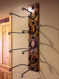 Wooden Wall Rack Ideas to Store Your Cowboy Hat - Rustic Decor, Farmhouse Decor, Custom Cowboy Hats, Cowboy Hat Rack, Color Turquesa, Grey Stain, Western Homes, Dark Stains, Wall Racks