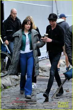 Happy couple: Dakota Johnson held hands with boyfriend Matthew Hitt as they left the set of her new romantic comedy, How To Be Single, in New York City Dakota Johnson Street Style, Dakota Style, 50 Shades Of Grey, Fifty Shades, How To Be Single, Ana Steele, Old Actress, Jamie Dornan, Celebrity Style