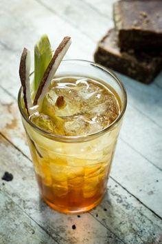 Cachaça, coco, capim-santo e rapadura para refrescar o verão. Top Drinks, Summer Drinks, Cocktail Drinks, Milk Shakes, Bartender Drinks, Alcohol Drink Recipes, Food Items, Delish, Cocktail Recipes