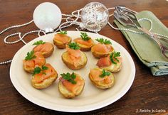 Le patate al forno con salmone affumicato sono un'idea last minute per il cenone di Capodanno, utilizzate della patate piccoline, saranno perfette come finger food. Basterà tagliare le patate a metà, metterle in forno con tutta la buccia, un fiocchetto di burro e salmone affumicato e il vost…