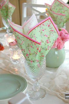 pliage serviette en papier colorée, pliage papier, serviette pour la table