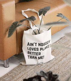 A i n ' t n o b o d y . . . 💚🤗🌿 • Igazi növényrajongóknak itt a trendi tatyó homokszínű változata, ami a nyári szettekhez is passzolni…