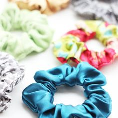 Easy Scrunchie Pattern - Sew a DIY Scrunchie in Minutes! Easy Scrunchie Pattern - Sew a DIY Scrunchie in Minutes! Easy Sewing Projects, Sewing Projects For Beginners, Craft Tutorials, Sewing Tutorials, Sewing Patterns, Felt Flower Tutorial, Tulle Wreath, Felt Flowers, Felt Roses