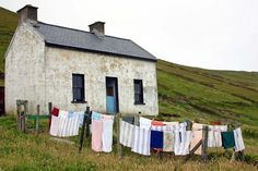 Simple house with washing line Laundry Lines, Laundry Room, Laundry Art, Laundry Drying, Country Life, Country Living, What A Nice Day, Vie Simple, Jolie Photo