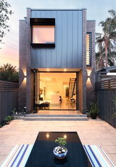 Image 7 of 10 from gallery of Enmore House / Amrish Maharaj Architect. Photograph by Vikram Hingmire Interior Tropical, New Yorker Loft, Design Exterior, Narrow House, Modern Backyard, Tropical Backyard, Facade Architecture, Facade House, Traditional House
