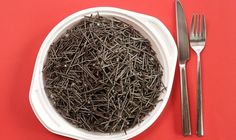 Eisenmangel macht müde: Teller mit Eisennägeln
