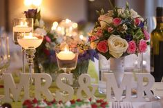 Hochzeitstafel, Frühlingsdekoration Herbsthochzeit mit bunten Wiesenblumen im Hochzeitshotel Garmisch-Partenkirchen Riessersee Hotel Bayern, heiraten in den Bergen