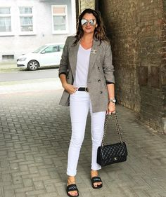 Hello my lovelies 🙋🏻  .  Slides: @blossomthecollection   Jeans:7forallmankind  Shirt: @hm   Blazer: @zara  Accessories: @gucci  @chanel @dior    Rosatersi is wearing her de Caron watch ring.