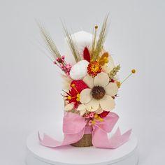 Lumanare de botez nemuritoare cu aranjament floral realizat pe o parte, alcătuit din flori de bumbac, gheme colorate si o selectie de plante stabilizate si flori uscate in cromatica alb, roz si rosu, cu panglici din catifea, pentru o nota de eleganta aparte.  Avantajele unei lumanari cu flori nemuritoare este acela ca are proprietati decorative ce nu dispar, florile raman la fel de frumoase, nu isi pierd stralucirea culorilor si nu li se scutura petalele. Candels, Christening, Baby Shower, Wedding, Casamento, Baby Sprinkle, Baby Showers, Weddings, Marriage