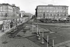 1985 Berlin - Niederkirchner Straße (links Abgeordnetenhaus (Ost), rechts Martin-Gropius-Bau (West), Berliner Mauer.