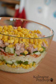 Sałatka warstwowa z tuńczykiem i makaronem, Sałatka warstwowa z tuńczykiem i makaronem w kształcie ryżu, Sałatka z tuńczykiem i makaronem.