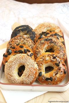 recipe for bagels that are guaranteed to make any holiday fatigue go away!wor … -A recipe for bagels that are guaranteed to make any holiday fatigue go away! - Hey Foodsister - Recipe bagels h. Breakfast Desayunos, Breakfast Recipes, Healthy Dessert Recipes, Healthy Drinks, Health Desserts, Casa Pizza, Sandwich Recipes, Bread Recipes, Meals For Two
