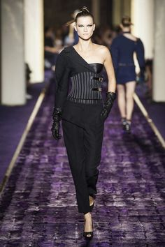 Versace mở đầu tuần lễ thời trang cao cấp Paris