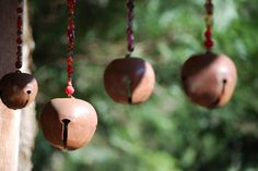 Wind Chimes Made With Christmas Bells ~ Love These ~ They Make Such A Wintery Christmas sound Mobiles, Blowin' In The Wind, Arts And Crafts, Diy Crafts, Sun Catcher, Diy Projects To Try, Yard Art, Bird Feeders, Metal Art