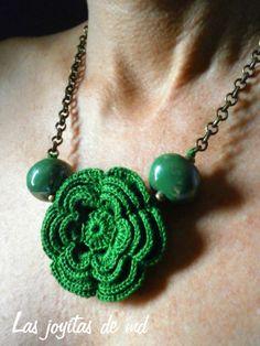 Collar corto realizado con rosetas de croché en color verde. Bolas de cerámica en el mismo color. Cadena metálica en color oro viejo con cierre trasero. Cosido a mano.