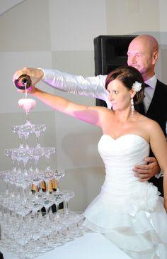 Champagner... ;-) Elegant, Formal Dresses, Wedding Dresses, One Shoulder Wedding Dress, Weddings, Fashion, Silver Anniversary, Champagne, Classy