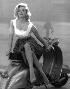 Star et Vespa du jour Angie Dickinson, 1962