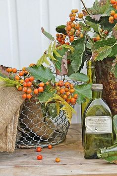 Simple bittersweet in a basket - pretty fall decor Autumn Day, Autumn Home, Thanksgiving Decorations, Seasonal Decor, Thanksgiving Table, Fruits Decoration, Vibeke Design, Autumn Decorating, Autumn Inspiration
