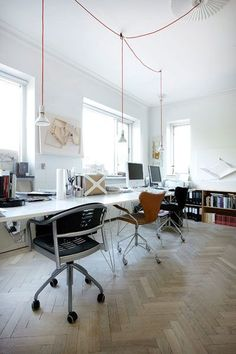 Love the chairs.  Love the light.  I bet I could get work done here.  With a hemp latte. #workingroom http://decorationport.com/