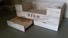 Praktische steigerhouten hondenmand Milo met twee laden.