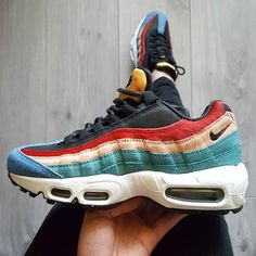 Clothes For Gym Sneakers women - Nike Air Max 95 (©shei_rine) - The gym is one of the places where people can not care about their appearance and concentrate only on working their body to show it later. However there are items that help us exercise much more efficiently.