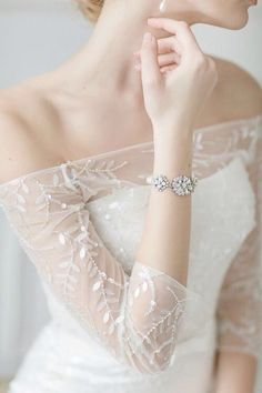 O bracelete pode ser um tipo de acessório delicado para usar com o vestido de noiva sem sobrecarregar o traje.
