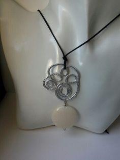 Ciondolo wire con medaglione color panna... delicatissimo!