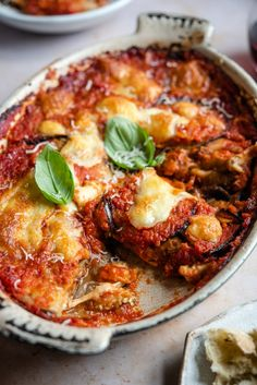 italian recipes Incredibly comforting eggplant parmigiana (eggplant parmesan) made with eggplant, tomato sauce and bubbling mozzarella cheese. An Italian recipe youll love! Veggie Recipes, Vegetarian Recipes, Dinner Recipes, Cooking Recipes, Healthy Recipes, Zone Recipes, Dessert Recipes, Aubergine Recipe, Easy Tomato Sauce