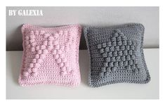 Coussins noppes. Bobble stitch star cushion tutorial by Galexia, in French. Also charted patterns for a heart and a bow cushion.
